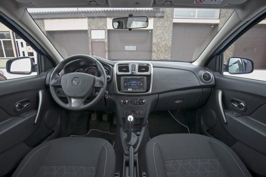 Больше всего в салоне Renault раздражает невозможность вытянуть «баранку» на себя и занять нормальное положение за рулем. После рестайлинга салон сильно «помолодел», появились новый блок «климата» и приборная панель, но пластик по-прежнему жесткий и на вид, и на ощупь