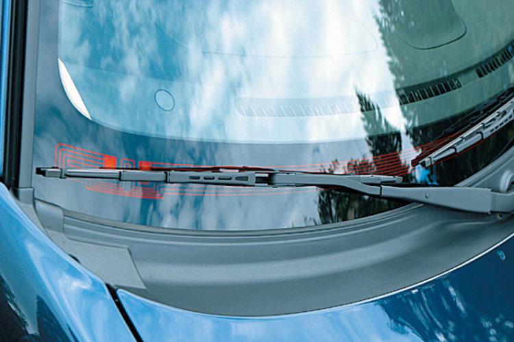При какой температуре включается обогрев лобового стекла