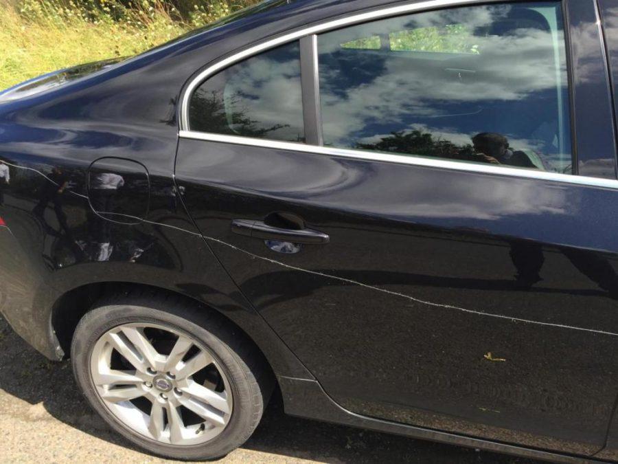 Дверью поцарапали машину во дворе