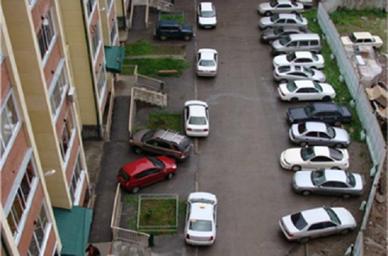 Верховный суд запретил парковать авто во дворах