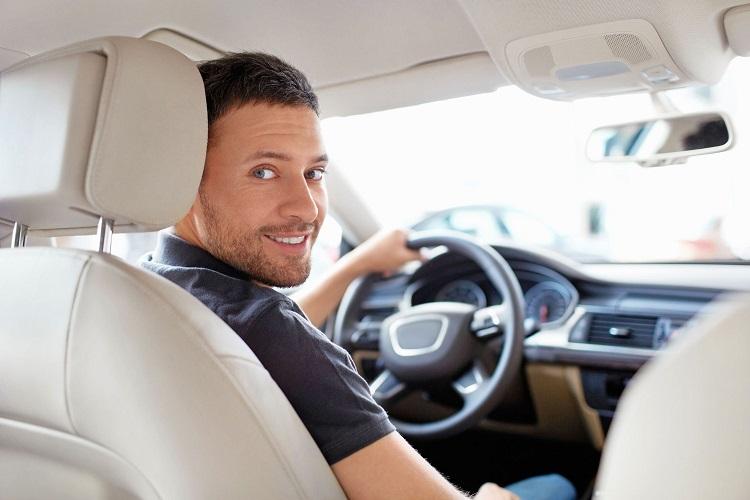 Восклицательный знак на машине начинающего водителя: размер, куда клеить и нужен ли