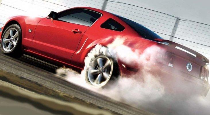 Автомобиль газует