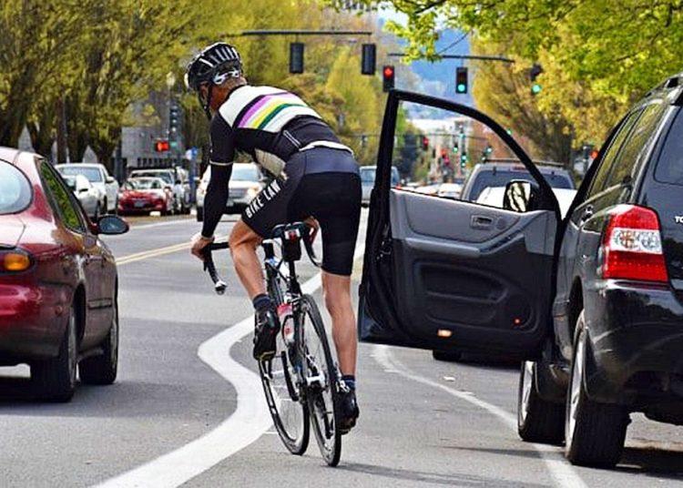 Велосипедист и открытая дверь авто