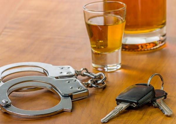 Рюмка, ключи от авто, наручники