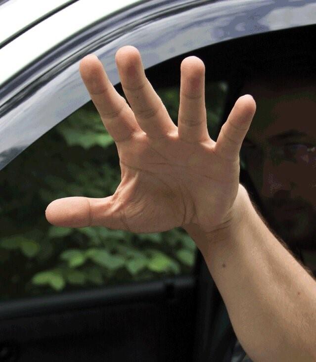 Растопыренные пальцы водителя