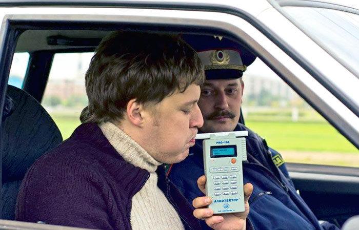 Водителя проверяют алкотестером