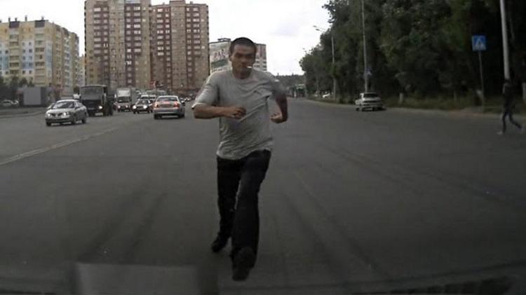 Человек бежит навстречу авто