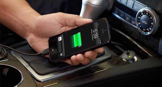 Телефон заряжается в авто