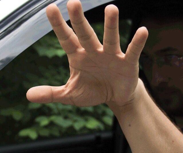 Водитель хлопает рукой по воздуху