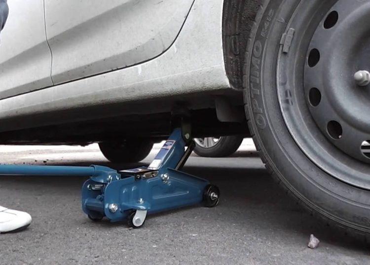 Домкрат под автомобилем