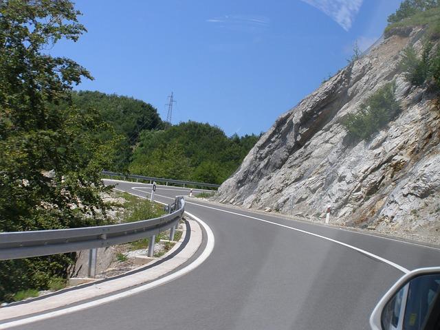 Приближение к изгибу дороги на авто