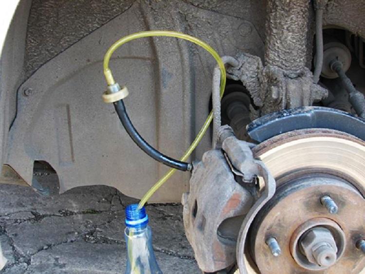 Прокачка тормозов автомобиля без помощника и самостоятельно