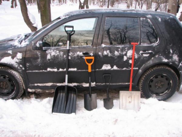 Авто в снегу и лопаты