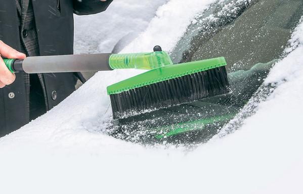 Очистка стекол авто от снега