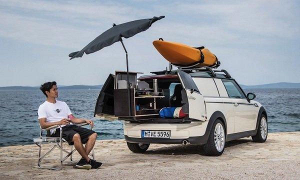 Авто и мужчина на берегу моря