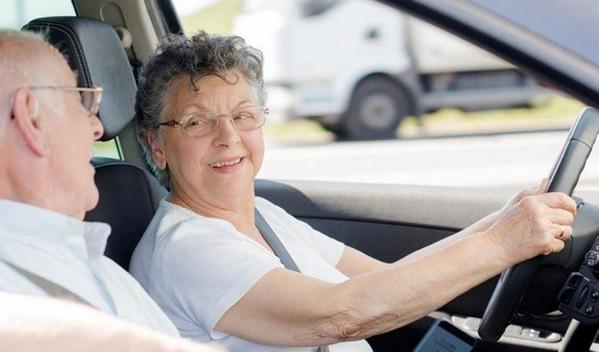 Пожилая женщина за рулем авто