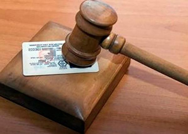 Молоток судьи и водительские права