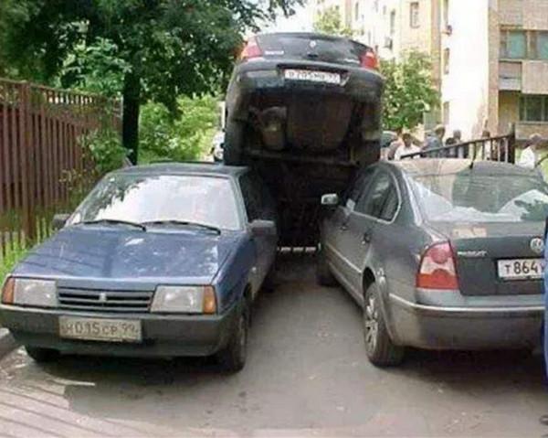 Автомобиль на крышах двух авто
