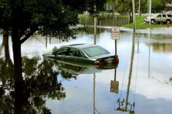 Машина в воде под запрещающим знаком