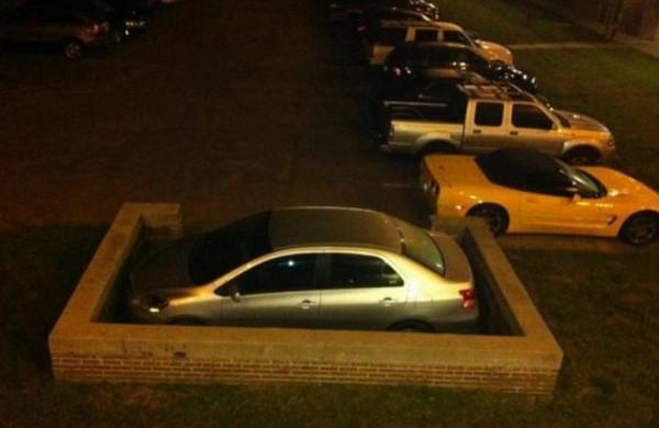 Припаркованное авто в тесных стенах