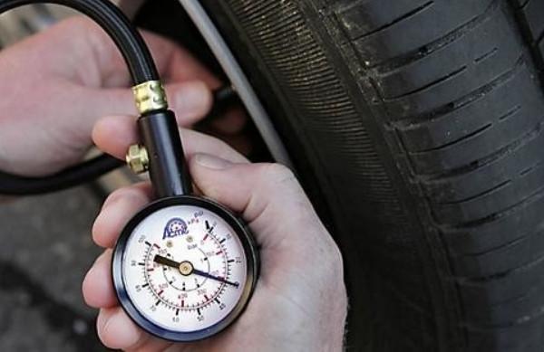 Измерение давления шин манометром