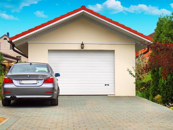 BMW у гаража