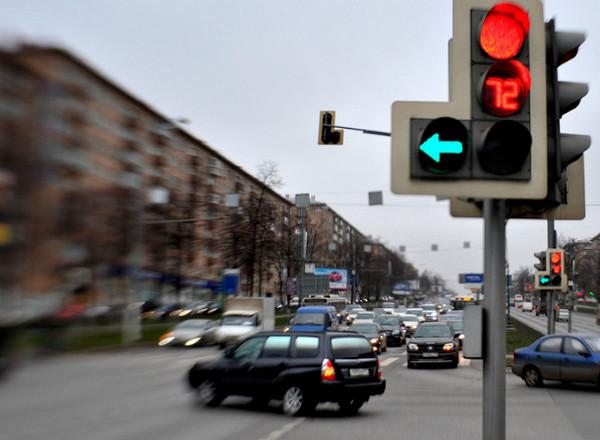 Светофор, красный свет и поворот налево