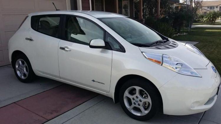Белый Nissan Leaf