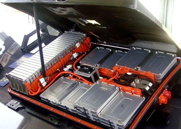 Открытый капот электромобиля