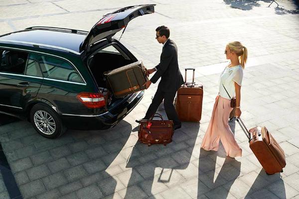 Люди с чемоданами и авто