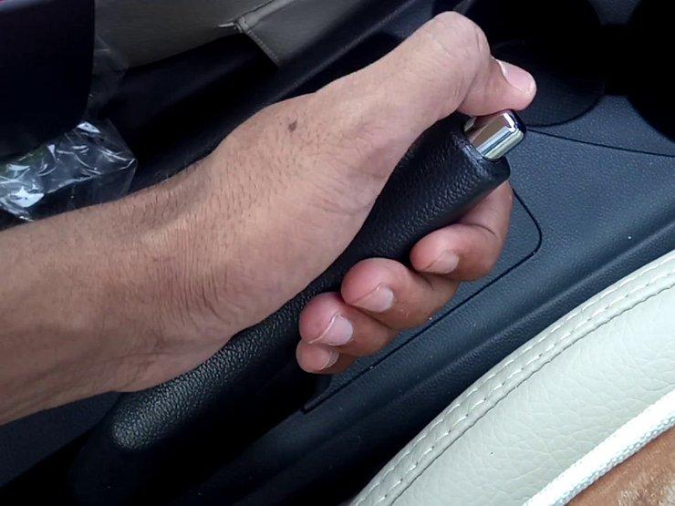 Рука на ручном тормозе