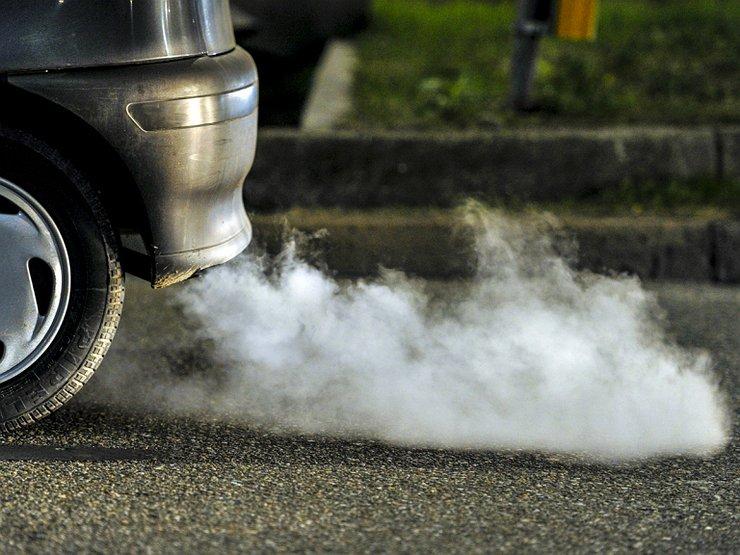 Выхлопные газы из трубы авто