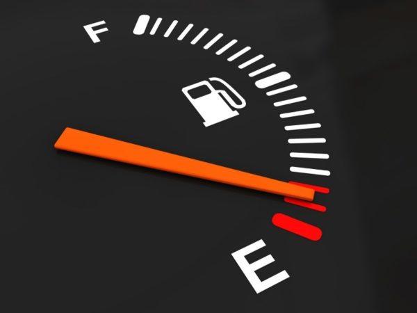 Бензин на нуле на панели приборов
