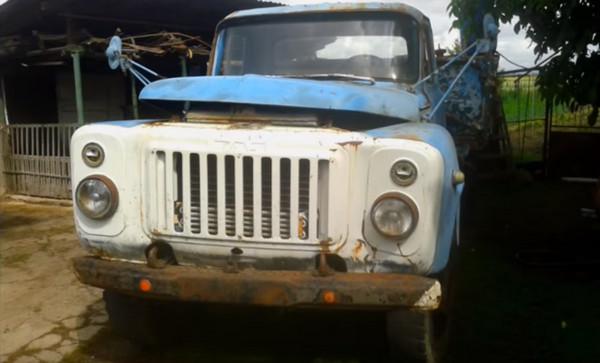 Старый грузовик ГАЗ частично ржавый