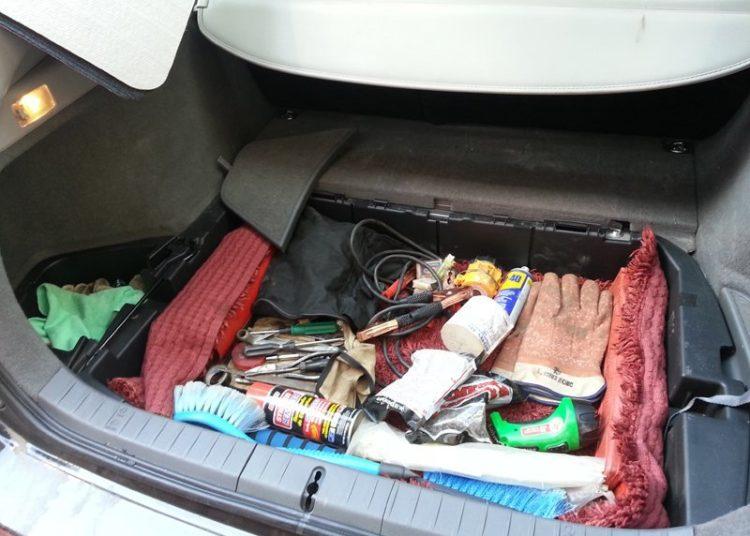 Инструменты в багажнике авто