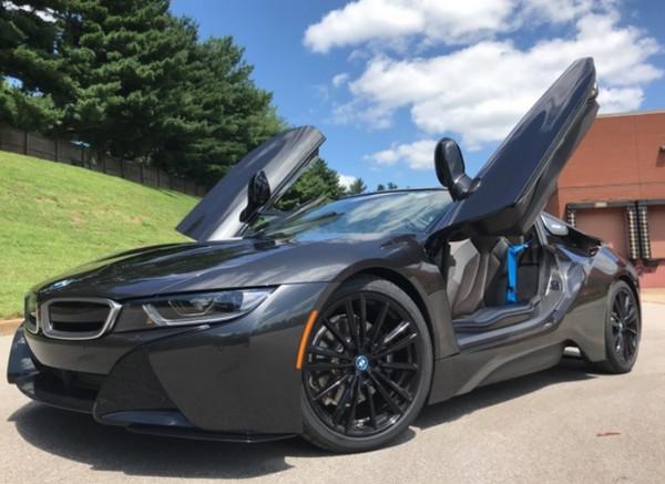 BMW i8 с открытыми дверями