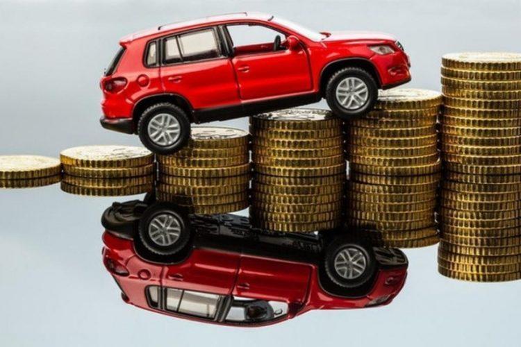 Автомобиль стоит на стопках монет