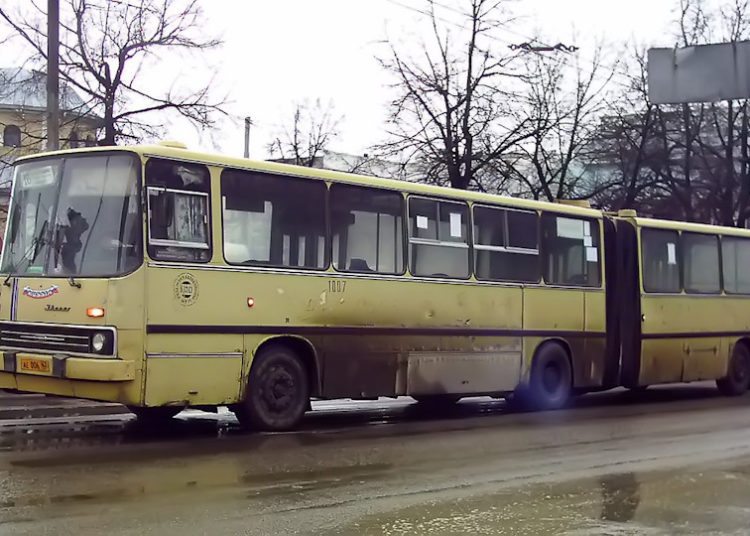 Желтый Икарус-гармошка на улице Рязани