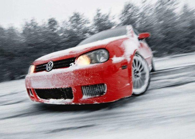 Машину развернуло на снегу