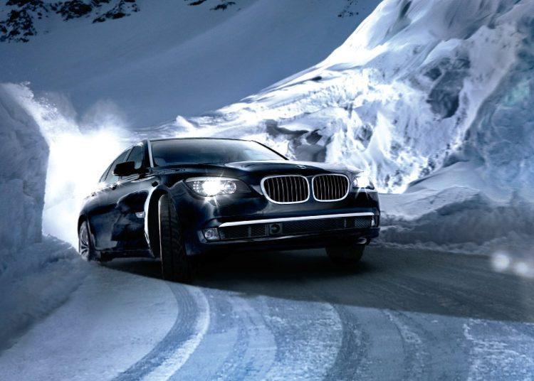Машина на зимней горной дороге