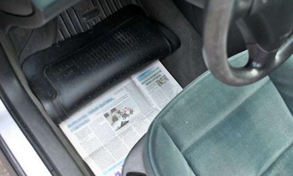 Газеты под ногами водителя