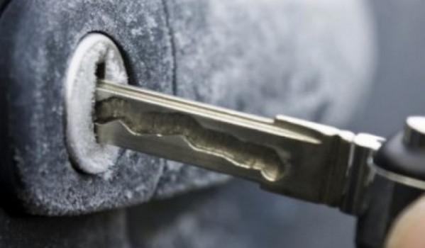 Замерзший замок авто и ключ