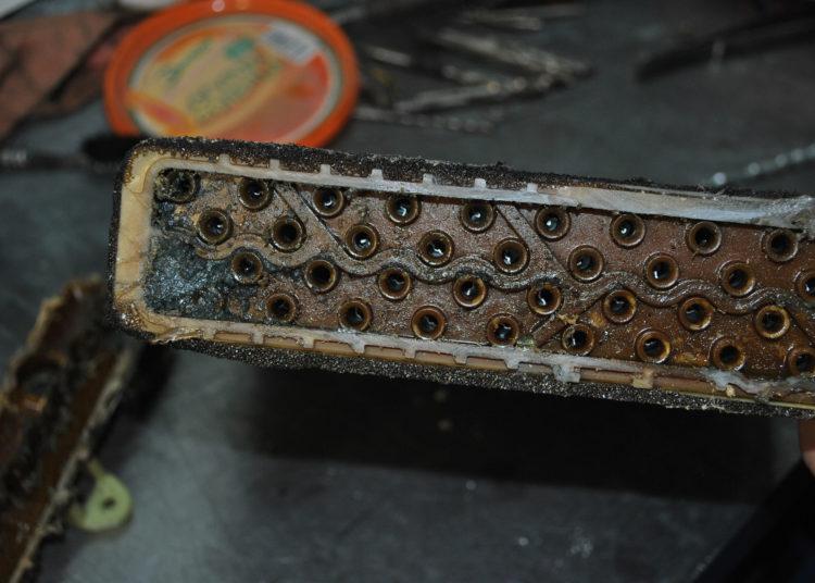 Загрязненный радиатор печки авто