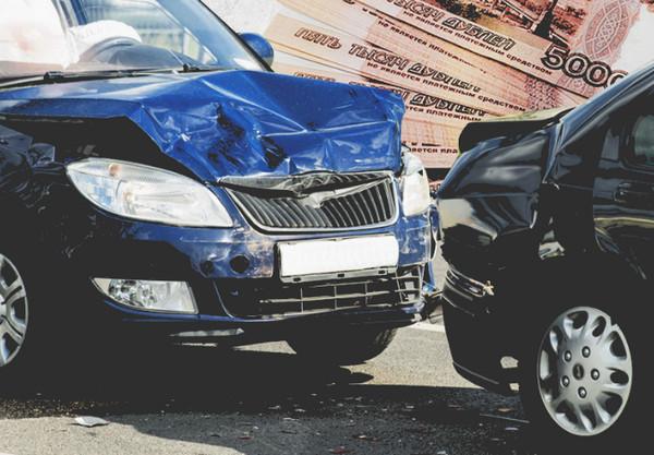 Столкновение машин и купюры на фоне