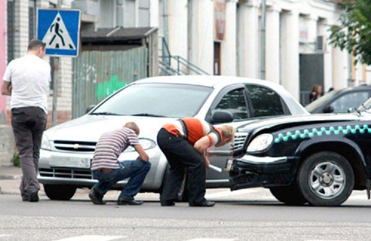Водители оценивают повреждения после ДТП