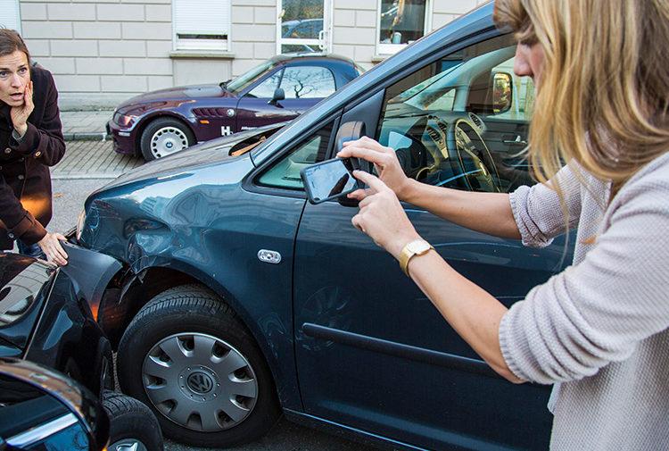 ДТП двух авто и девушка фотографирует