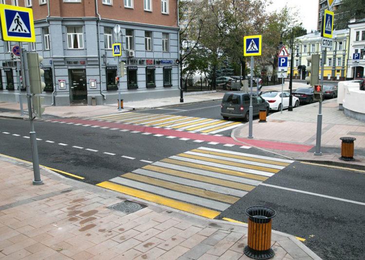Пешеходный переход с разметкой и знаками