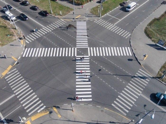 Пешеходные переходы на большом перекрестке