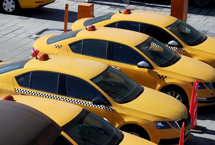 Желтые такси на стоянке