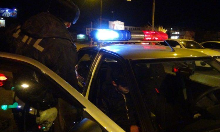 Гаишник и патрульное авто ночью